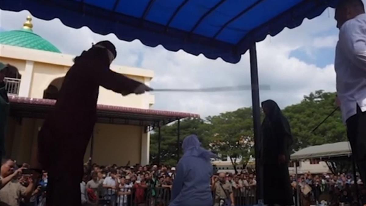 印尼18歲小情侶當眾擁抱 遭處公開鞭刑17下...
