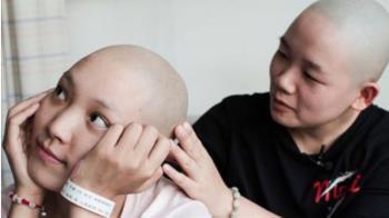 想再活50年…女陪罹癌閨蜜剃光頭 瘋狂打工為她籌醫藥費