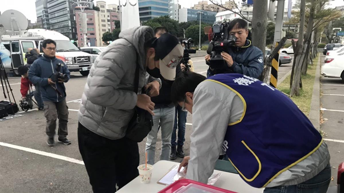 華航機師罷工 工會會員繳交檢定證