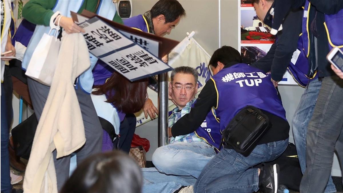 疑執勤完就趕來!華航機師挺罷工突倒地「睡著」