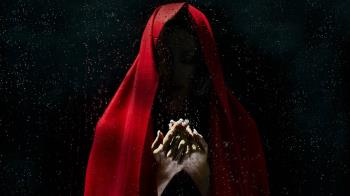 紅衣女鬼點鴛鴦譜!他遭榨乾精力…城隍爺一出手秒清醒