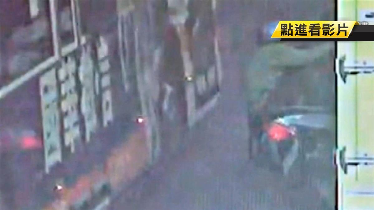 機車擦撞重機!七旬翁倒地…遭公車輾過 驚悚直擊