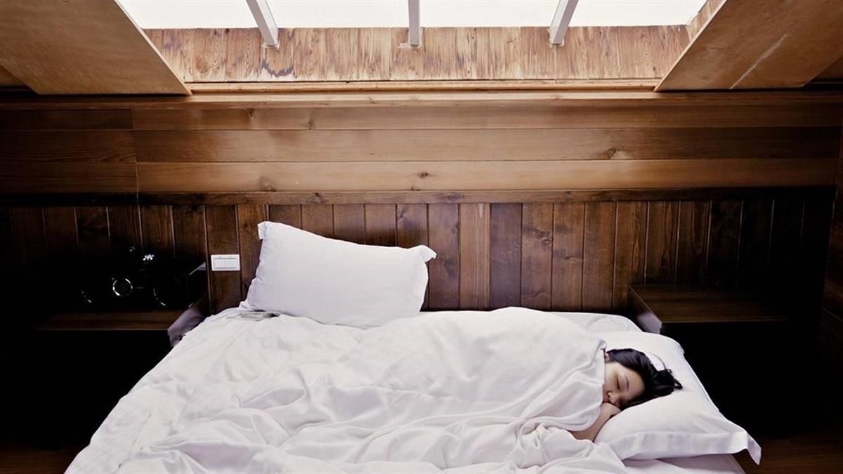 一沾枕頭就睡好健康?專家警告:身體在還債