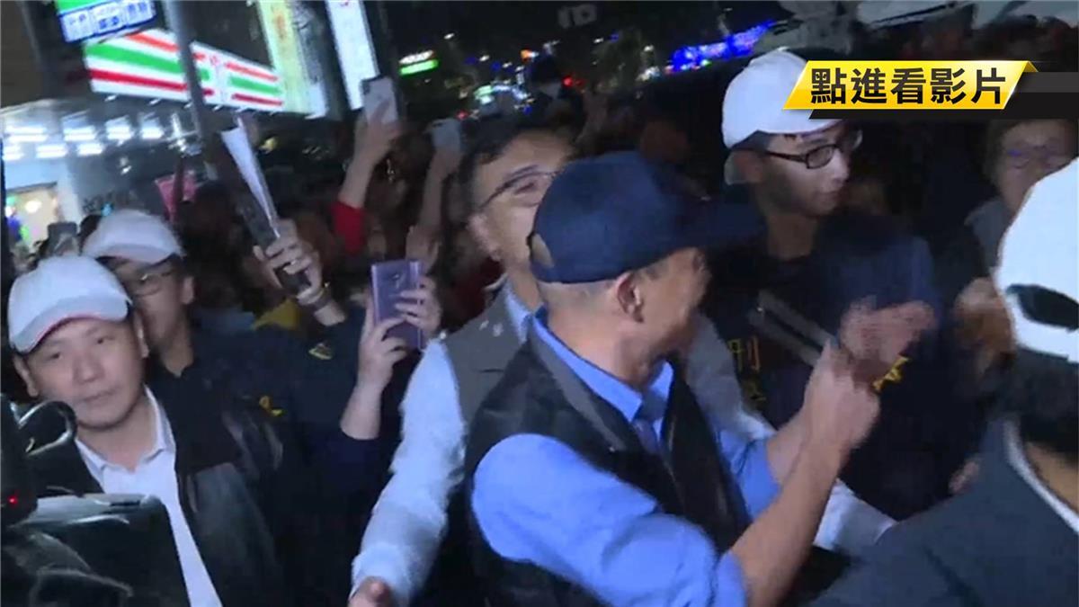 高人氣!韓國瑜現身燈會現場 大批民眾簇擁搶握手