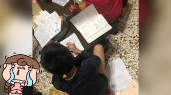 兒寒假作業堆滿桌 地方媽媽崩潰:每年都要發生2次!