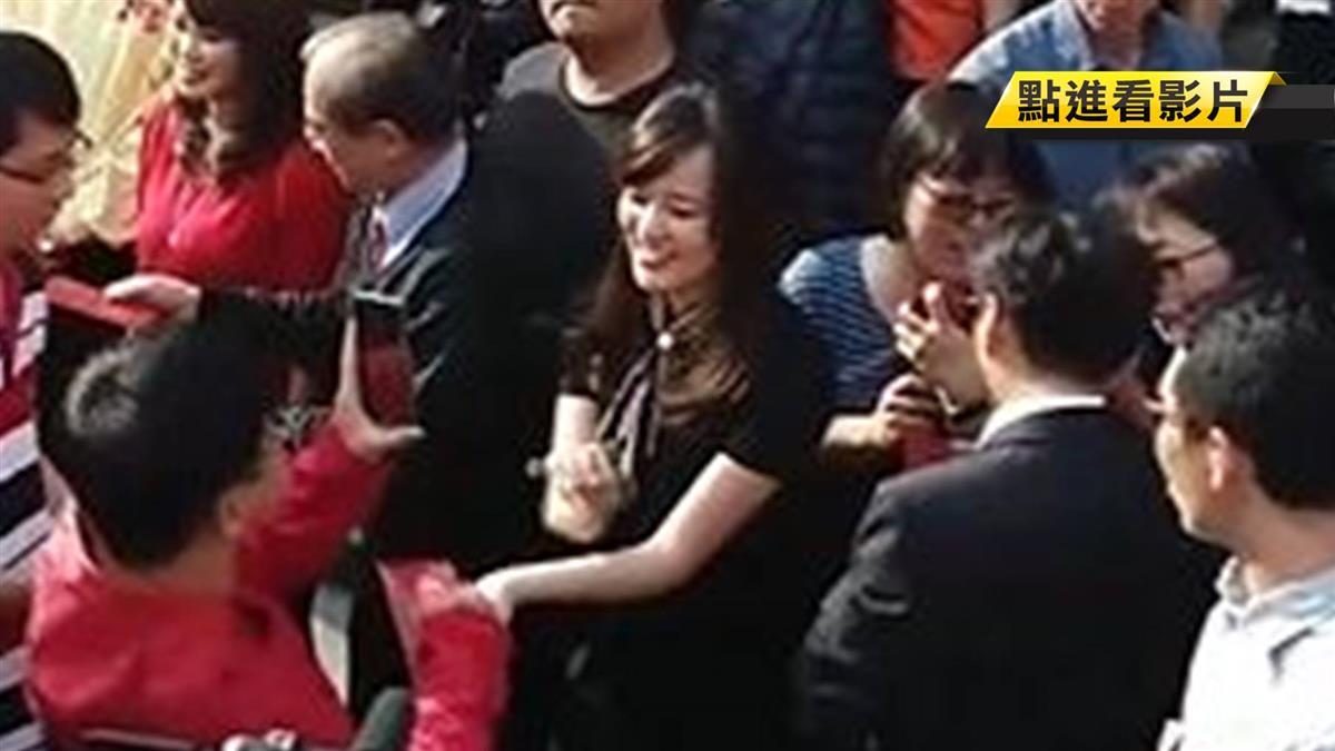 韓冰現身宮廟拜年 民眾討簽名一度騷動