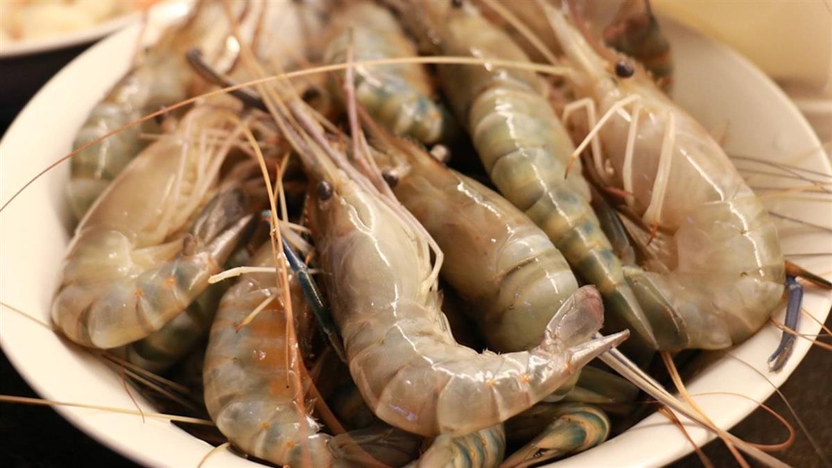 一斤蝦子450元…阿嬤喊「好貴」 攤販濺水怒斥:快走!