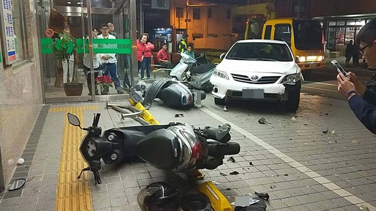 剛買中古車 男一頭撞進醫院騎樓!14輛機車全倒