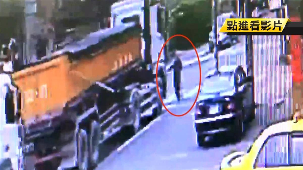 八旬婦拄拐杖過馬路 遭綠燈起步兩貨車輾斃