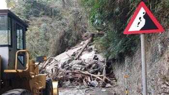 中橫土石坍交通受阻 預計中午搶通