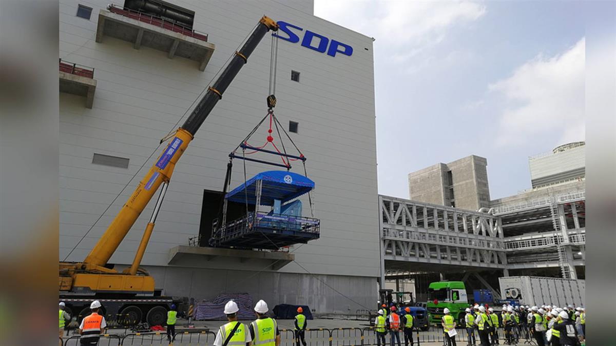 郭台銘投資廣州面板廠 第一台核心曝光機進駐