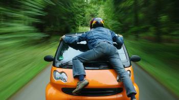 妻車上偷吃小王!他趴引擎蓋8km苦求 遭加速甩飛慘死