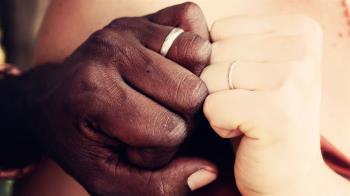 失婚女老師愛上非裔男!閃嫁非洲3年生8孩 淚訴:超後悔