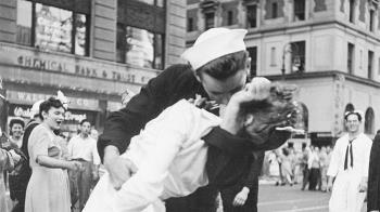 二戰經典照勝利之吻水兵辭世 名照長留人間