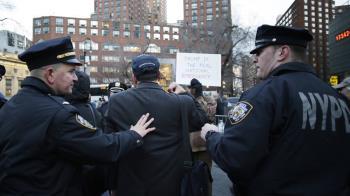 川普宣布緊急狀態 白宮外民眾抗議