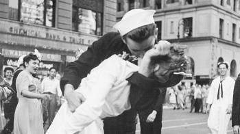 二戰勝利之吻到底是誰?水兵身分大揭密過程超曲折