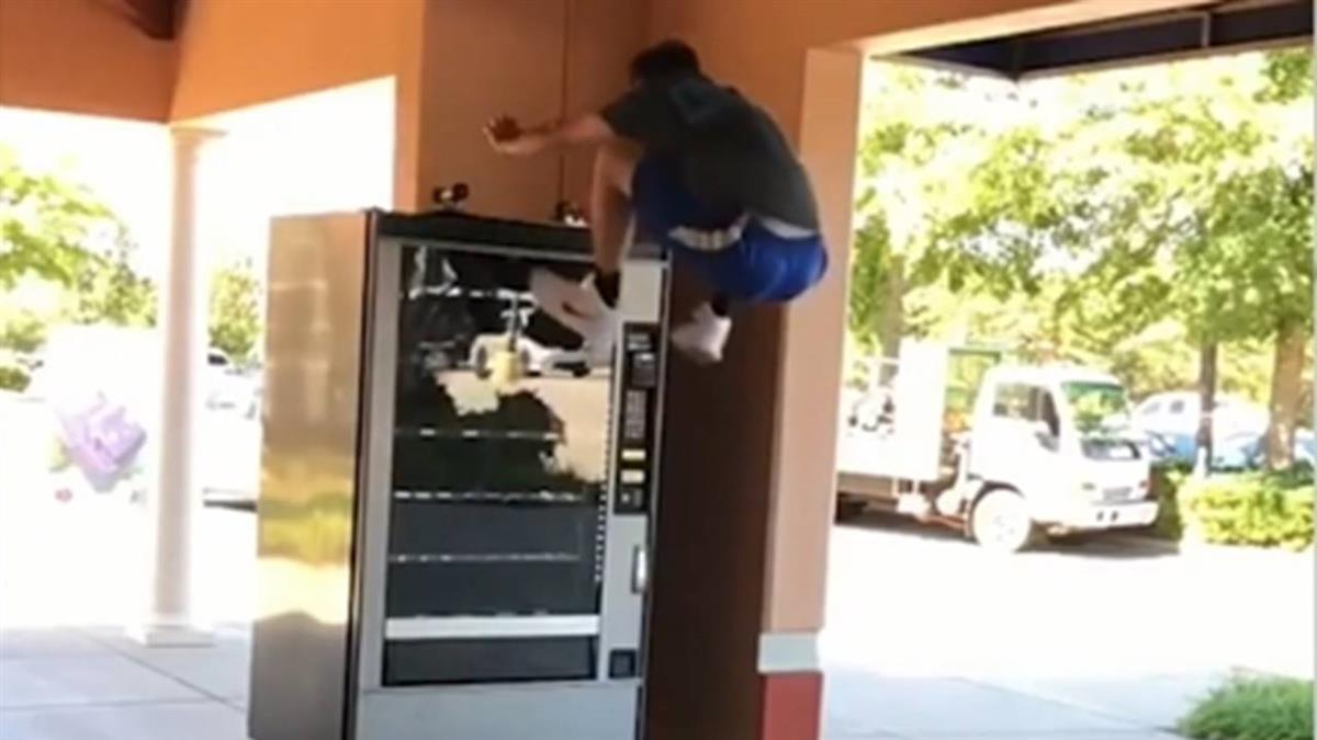 猴塞雷!美小鮮肉腿裝彈簧 一跳躍上飲料販賣機
