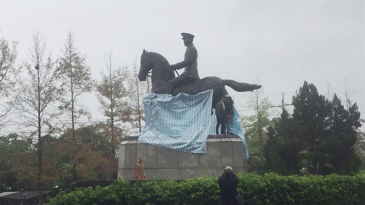 政大蔣中正騎馬銅像遭鋸馬腳 校方將提告毀損