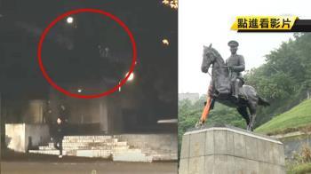 學生毀損蔣公銅以表示抗議 政大:將告毀損求償