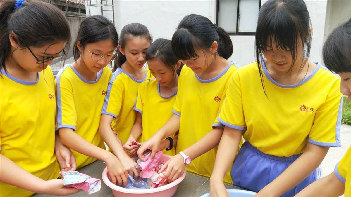 暖噴發!台高中生縫1000份布衛生棉 跨海傳愛給非洲女孩