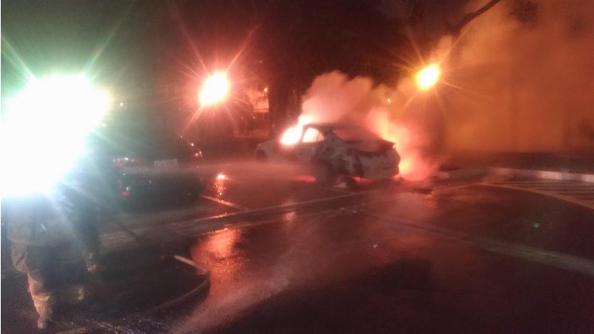 車上點菸爆炸!駕駛爬出車外求救…小轎車燒成廢鐵
