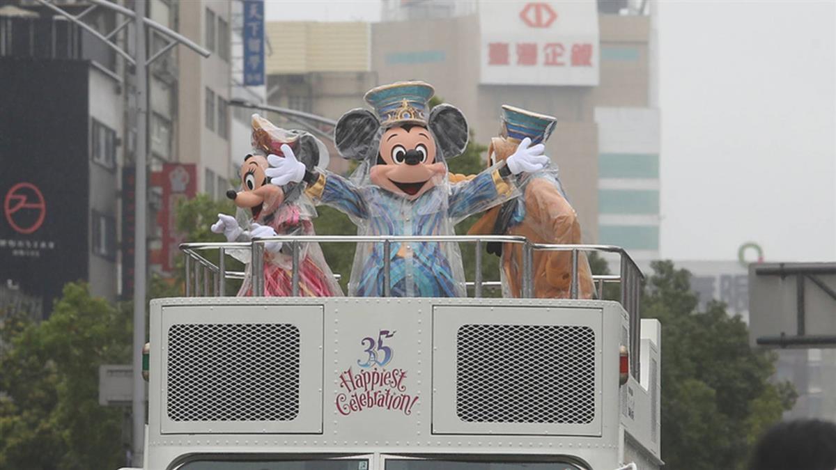 西門町有迪士尼了? 米奇米妮冒雨遊行台北燈節