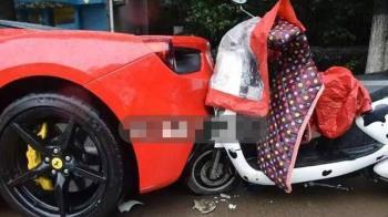 女大生騎車滑手機…慘撞路邊法拉利!93萬維修費賠到哭