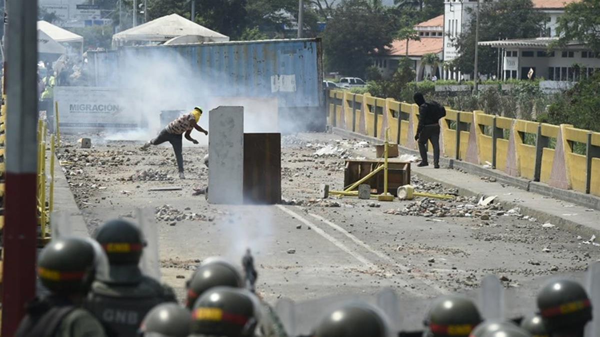 委內瑞拉危機加劇 逾百名委國軍人逃至哥倫比亞