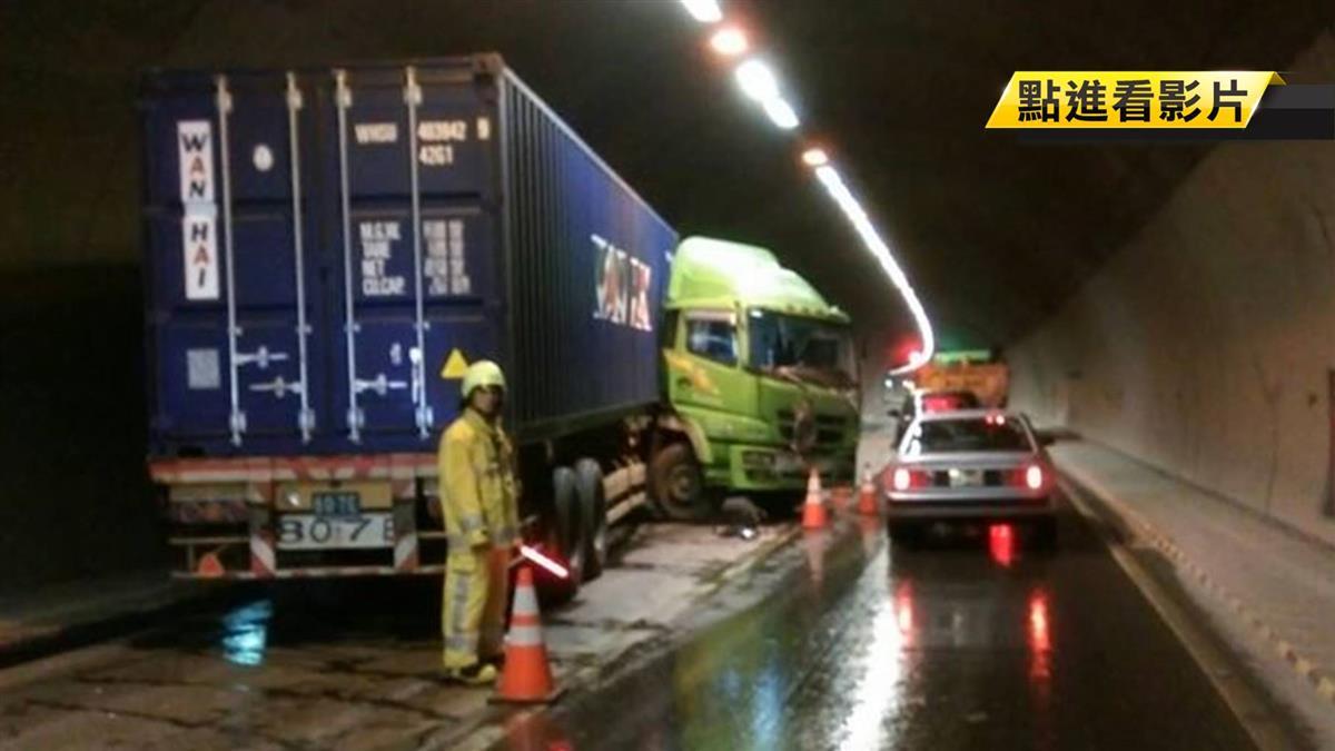 天雨路滑!隧道內貨櫃車擦撞轎車 失控撞壁冒火花