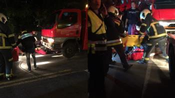 驚!北市拖吊車轉彎輾過行人 老婦捲車底命危搶救中