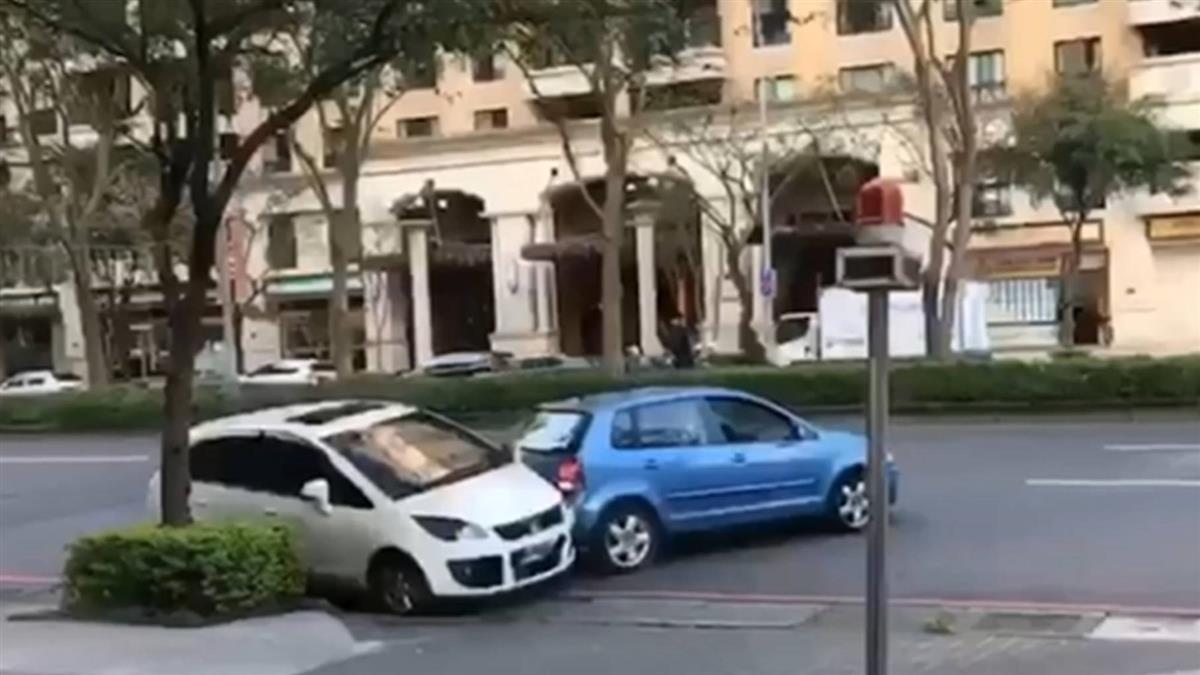 擋車道口不滿被勸導 莽男三度倒車撞轎車…下場超慘