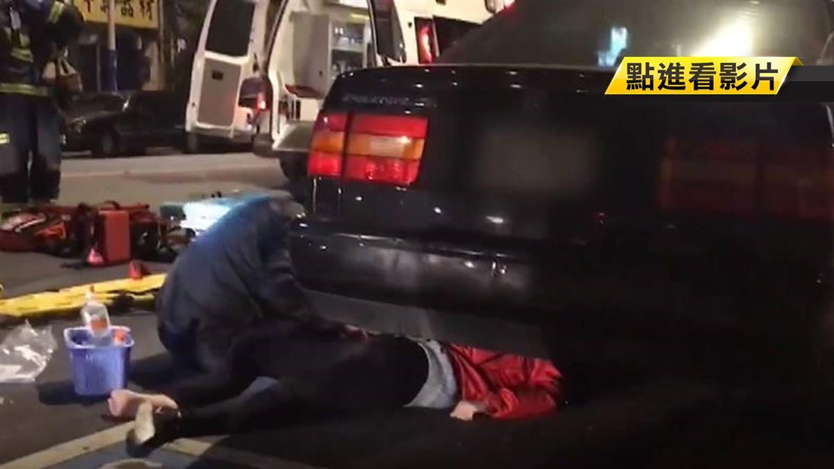機車後座女遭撞飛卡車底 10熱心民眾抬車救