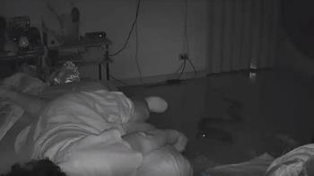 2公尺蟒蛇「綠眼」滑進房…大嘴一張猛攻熟睡婦女