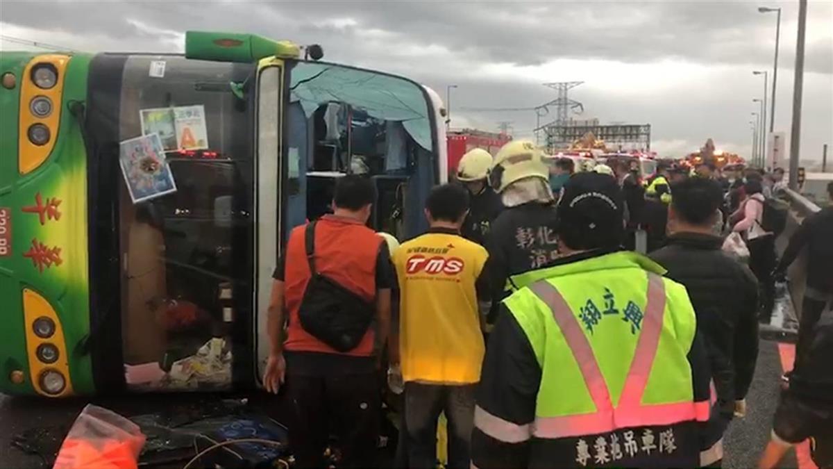 國三遊覽車翻覆!33人輕重傷 15救護車急救援