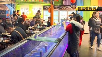 網美夜拍新打卡點 「彩紅貨櫃屋版」深夜食堂