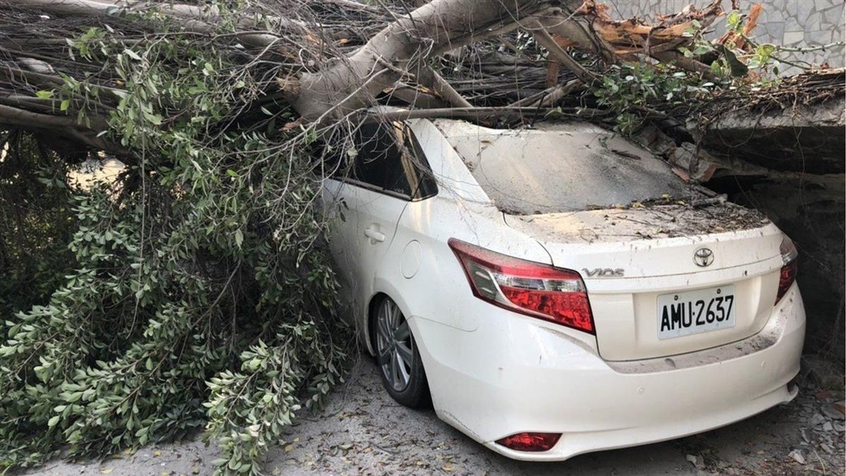 高雄舊七賢國中教室倒塌! 驚傳壓毀6輛車