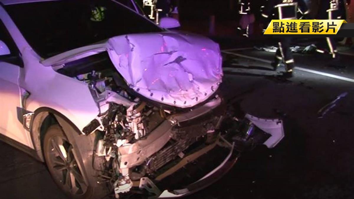 疑飆速闖紅燈!2休旅車路口衝撞翻車 1人受困