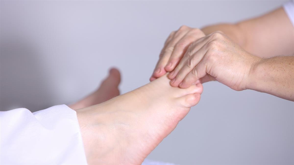 婦腳底一刮就比讚 醫驚見桌球大腦瘤