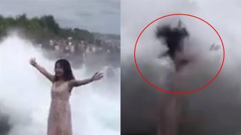 長髮正妹爽拍網美照 下秒慘遭4m巨浪吞噬