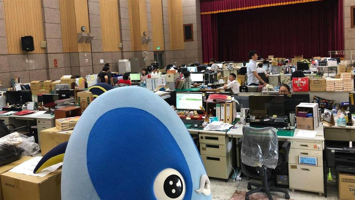韓國瑜遭議員控換辦公室! 百公務員被迫擠大禮堂辦公