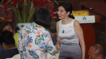 帛琉國是訪問答宴  總統與美駐帛琉大使握手交談