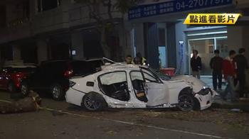 飆速自撞民宅撞斷路樹 駕駛受困乘客彈飛