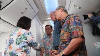 蔡總統過境夏威夷  AIT主席莫健登機迎接