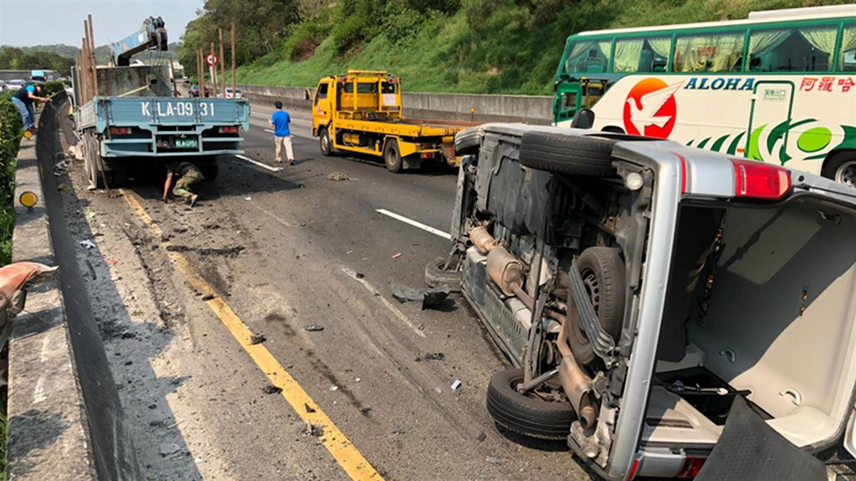 貨車國道爆胎撞護欄釀追撞 駕駛摔分隔島慘死