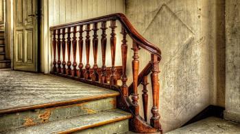 中年啃老男哄父母:別擔心!轉身上吊樓梯間