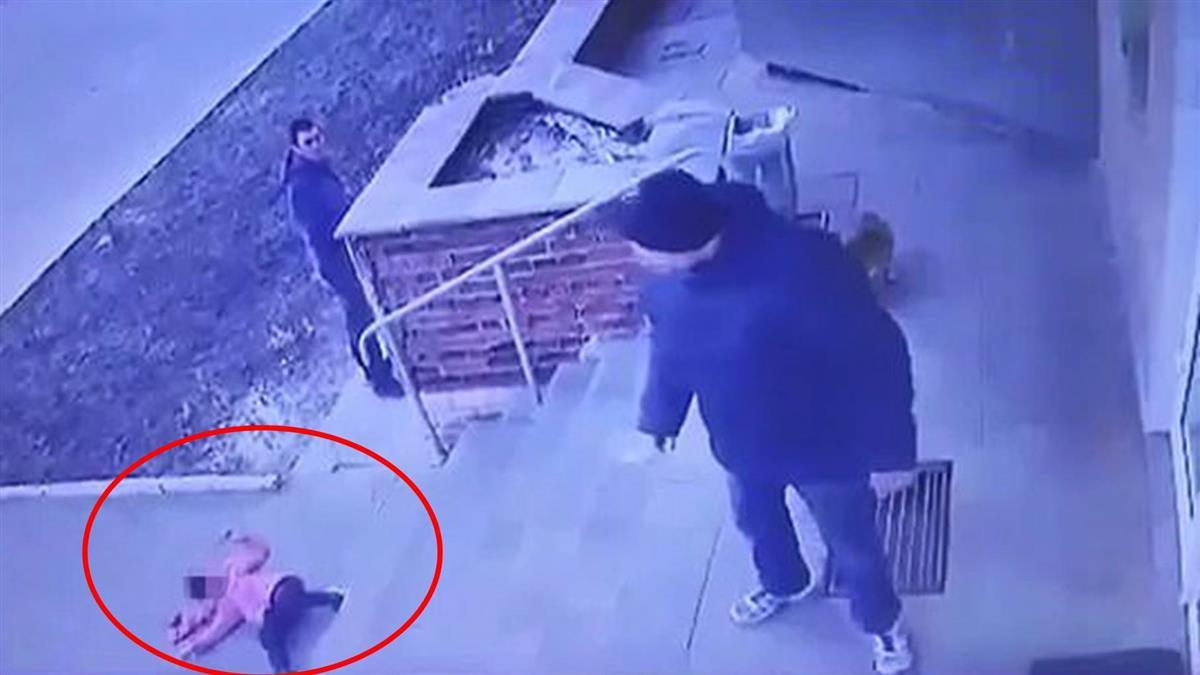 姊弟爭搶推車 父甩飛下階梯…6歲女躺地嚇呆