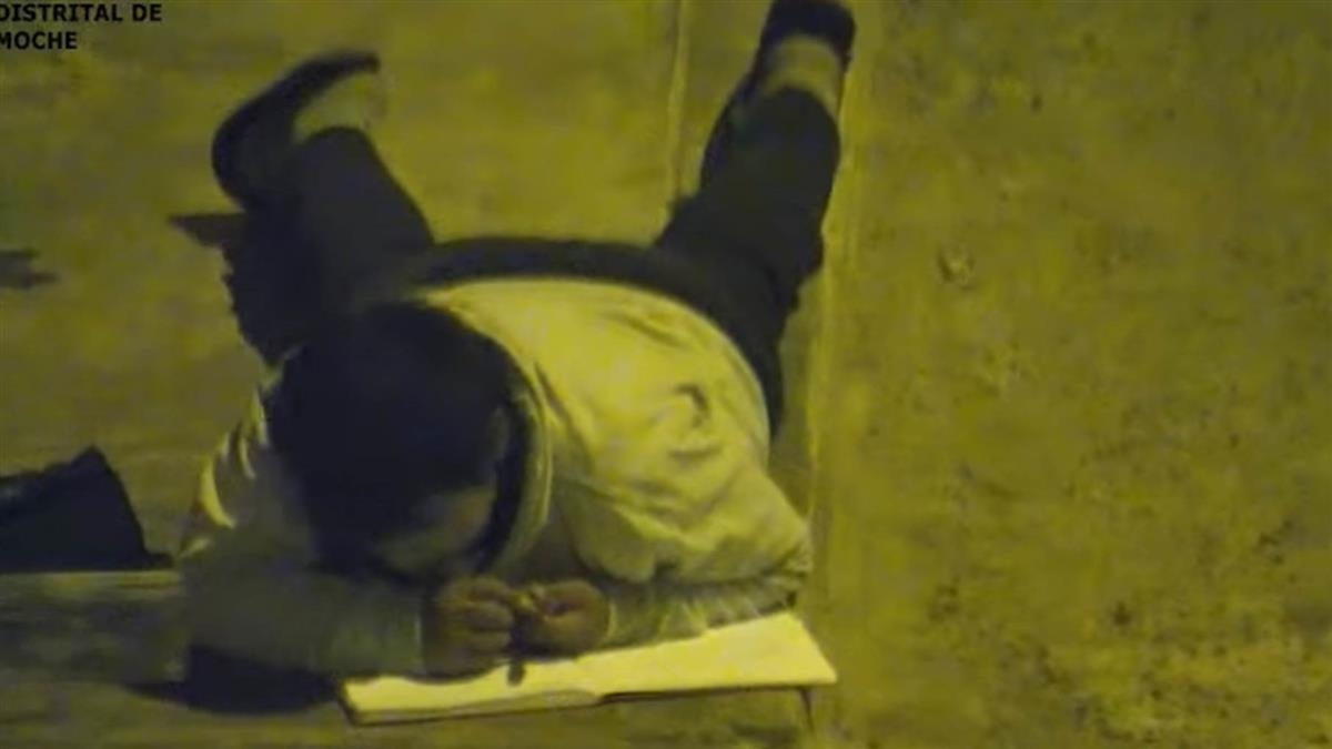 想當警察!12歲貧童趴路燈下苦讀 勵志畫面曝