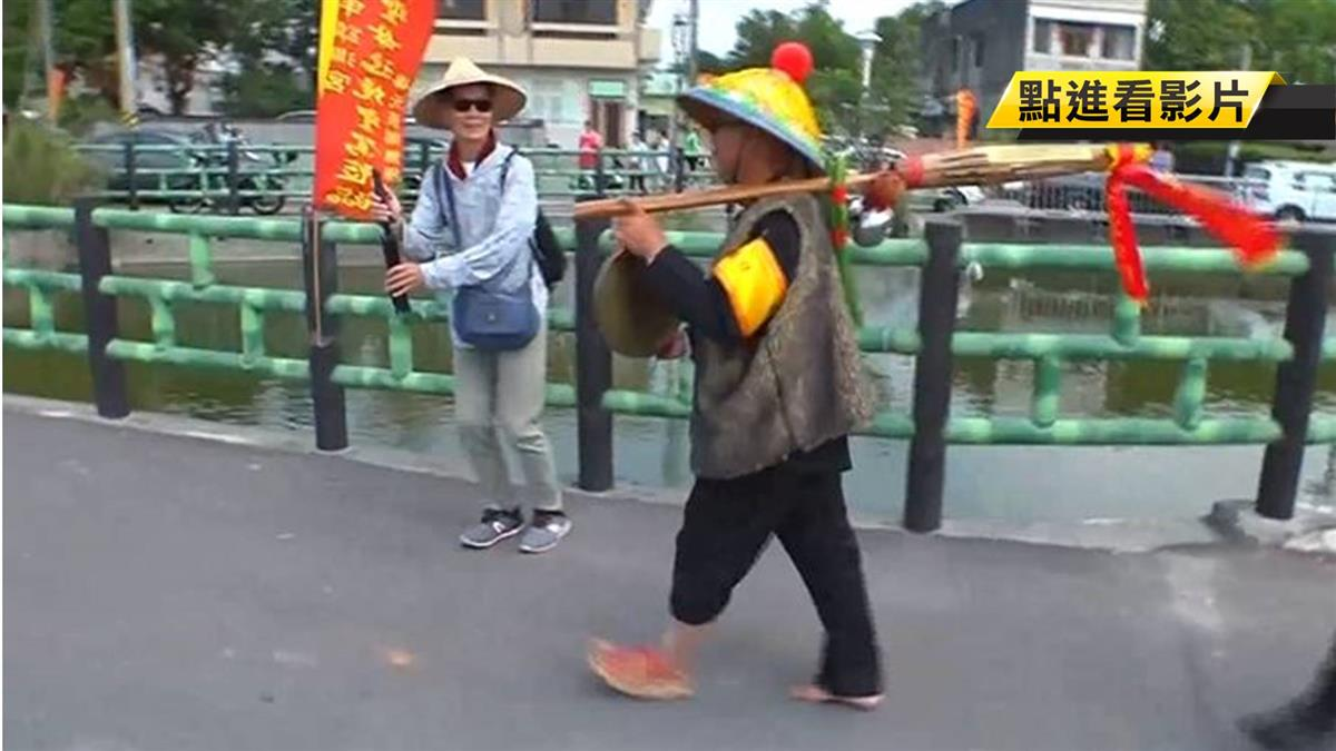 【獨】 大甲媽「報馬仔」穿長短褲 身上紅線人人搶