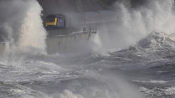 世界最恐怖火車!緊鄰英吉利海峽 忘關窗恐淹死