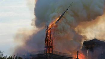 鐘樓怪人足跡沒了!巴黎聖母院陷惡火 尖塔慘坍塌